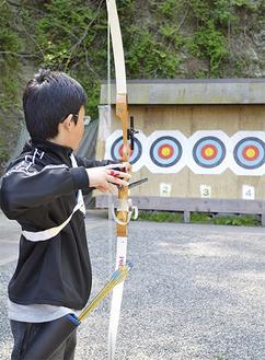 小学5年生の時に初めて弓に触ったという嶋田くん。矢を射る集中力も養われる