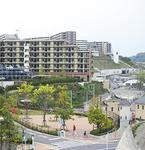 眺望と利便性に加え、子育てしやすい町としてのアピールも。浦郷小学校は両マンション入り口近くに位置する