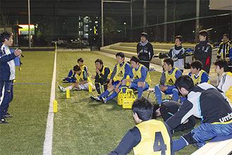週に2回、佐原にある横須賀リーフスタジアムで夜間練習を行うメンバーたち。日中仕事や学校に行きながら練習と両立させる