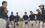 部員に指示を出す三橋キャプテン(写真右端)
