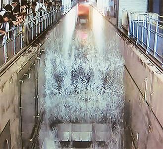 最大2・5mの人工津波を起こす