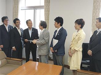 久保局長に要望書を手渡す竹内会長(写真左から3人目)