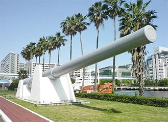「船の科学館」に展示されている陸奥主砲(4番砲塔の1門)。全長18・8m、重さ102t。砲身の内径41cm(45口径)は戦間期、世界最大だった