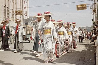 大滝町を練り歩く祭り行列