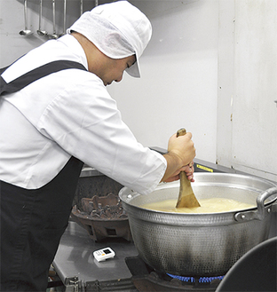 調理作業を熱心に取り組む利用者