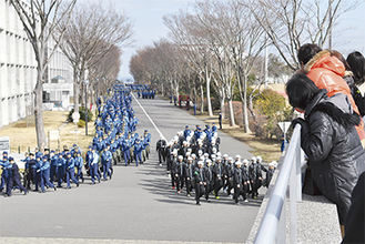 毎日2回行われる「課業行進」。全員が整列 して各課業へと向かう