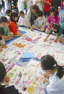 隣の絵に重なってもOK。制限のない自由さが作品の個性に(=南横須賀幼稚園)
