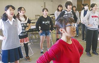 歌唱力を高める練習をするメンバーら