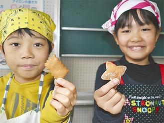 カレークッキー(左)とひじきクッキー(右)を手にする児童