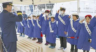 敬礼する海洋少年団の団員ら