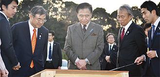 吉田市長の説明を聞く遠藤五輪相(左から2人目)
