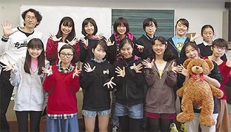 「同世代や親世代に特に見てほしい」と話すメンバーと武藤さん(左上)