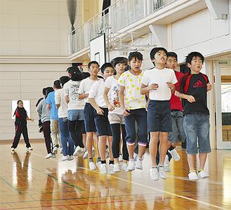 列の先頭でメンバーを鼓舞する齊藤君(=手前右)