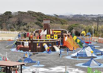 海賊船をイメージした大型遊具。無料で利用できる