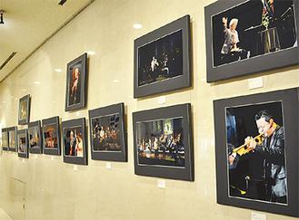 原信夫とシャープ&フラッツ、阿川泰子、日野皓正(敬称略)などの演奏シーンを展示