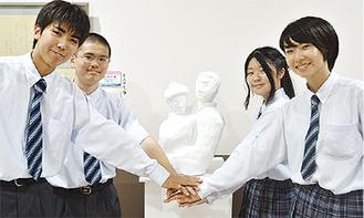 ブロンズ像の原型を前にするプロジェクトチームのメンバーら