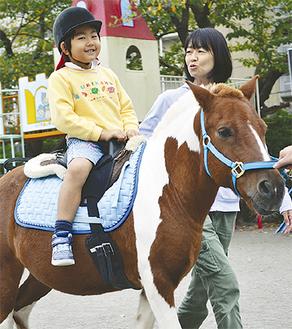 自分の背丈と同じくらいの馬に跨り園庭を1周