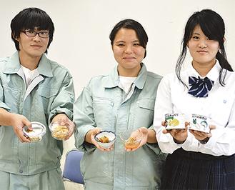 缶詰など開発した製品を手にする生徒たち