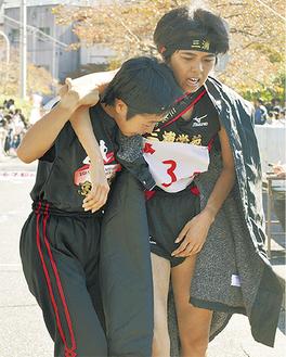 トップと90秒差でゴールしたアンカーの今井千尋選手(右)