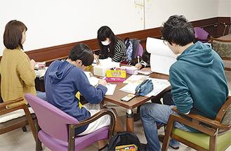 大学生らが勉強を見守り