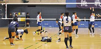 得点を奪われ、うなだれる三浦学苑の選手たち(手前)