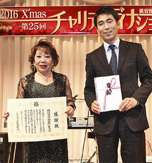感謝状を手にする栗原会長(左)