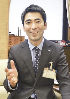 インタビューに応える吉田雄人市長