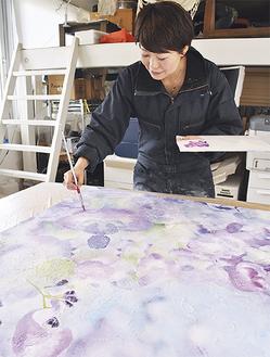 72枚の板をつなげて縦11m×横6mの作品を完成させる