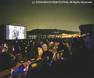 砂浜に設置された300インチのスクリーンで上映