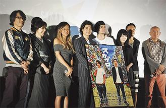 18日の完成披露試写会。舞台挨拶に立った出演者と矢城監督(左)