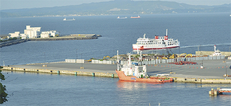大型船舶の寄港にも対応できる長い岸壁