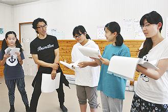 熱を帯びる稽古。監修を元劇団四季俳優の武藤寛(左から2番目)さんが務める