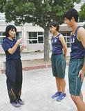 全国大会を控える選手にアドバイスする上野教諭(左)