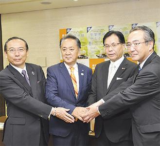 地域金融機関のトップと上地市長(左から2番目)