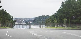 八景島島内の終点から夏島方面を臨む。現状の道路形状はUターン、計画ではここから海上を渡って横須賀方面へ