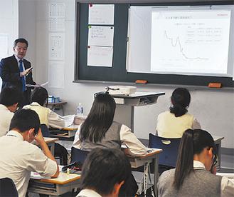 金利について説明を受ける生徒たち
