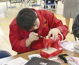 おもちゃを修理する三浦学苑の生徒