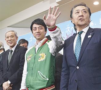 スカジャン姿で選挙事務所に現れた小泉氏