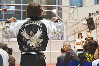 観客に向けて背中の鷹の刺繍をアピール