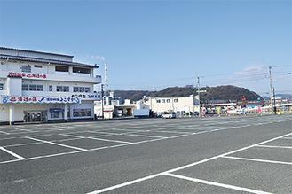 温浴施設の大型駐車場を会場として使用する