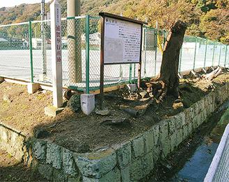 「奉行所跡」の標柱と堀の石垣を残すのみ