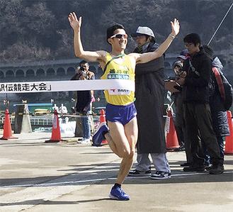 ゴールテープを切るアンカーの秋澤選手