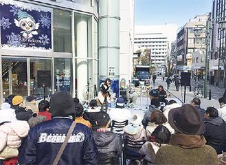 ▲横須賀中央リドレ前で行われている演奏(ストリートライブのイメージ)