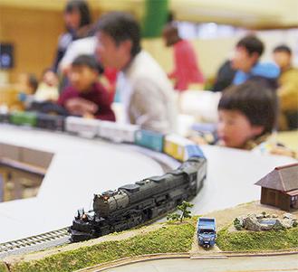 子どもの目線で走る模型列車