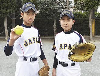 「JAPAN」のユニホームで(写真右・鈴木君、同左・佐藤君)
