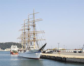 帆船「日本丸」が停泊する久里浜港(今月13日)