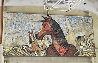 大楠中に体育館に飾られている「裸馬」の貼り絵