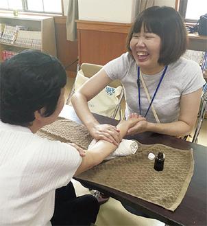 コミュニティナース講座のフィールドワークでの小松さん。「気になることを話せる受け皿を作りたい」