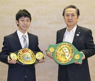 2つのベルトを手に吉成さん(左)と上地市長