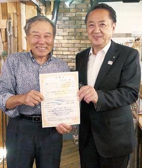 上地市長(右)と応援団をリードした芦澤雄一さん